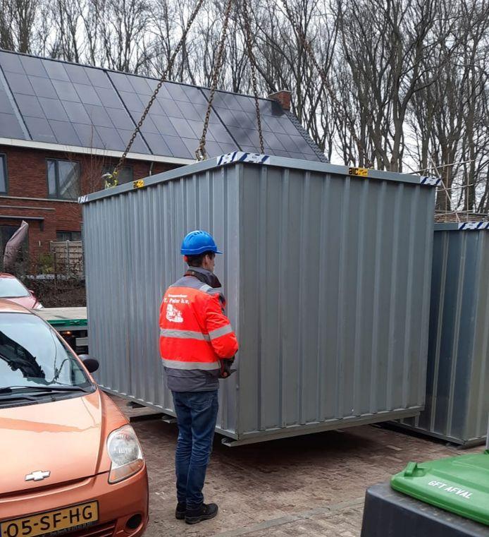 Vier noodcontainers zijn woensdag geplaatst in opdracht van woningstichting UWOON in de wijk Driesprong, ter vervanging van prefab bergingen die uit elkaar dreigen te spatten.
