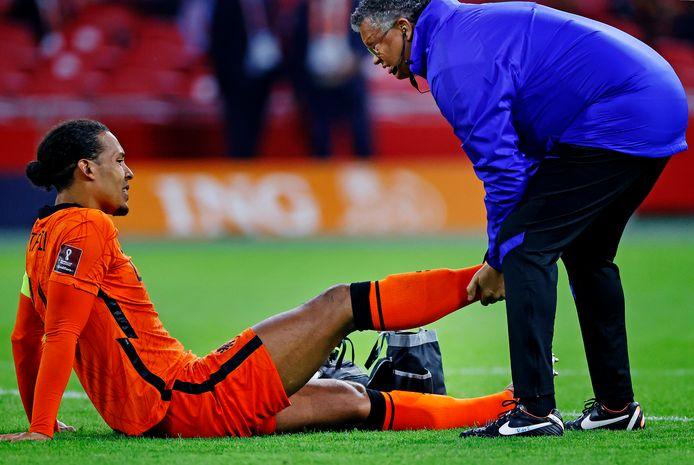 Virgil van Dijk blijft in de slotfase tegen Turkije geblesseerd op de grond liggen.