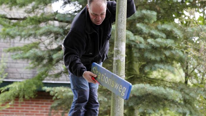 Uit angst voor diefstal haalt de gemeente een straatnaambord weg in de Stationsweg.