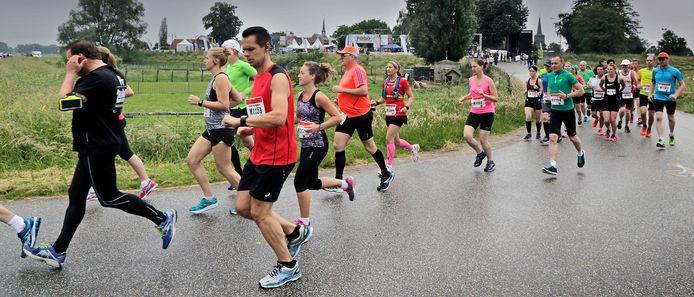 Hardlopers tijdens een 'gewone' editie van De Maasdijk.