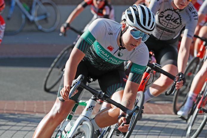 Kim De Baat aan het werk in het criterium in Schellebelle: dit jaar rijdt ze in het shirt van het Dubai Police Cycling Team.