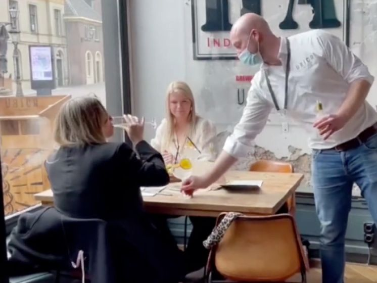 Alles voor de wetenschap! Nederland opent testcafé waar je nu al een pintje kan drinken