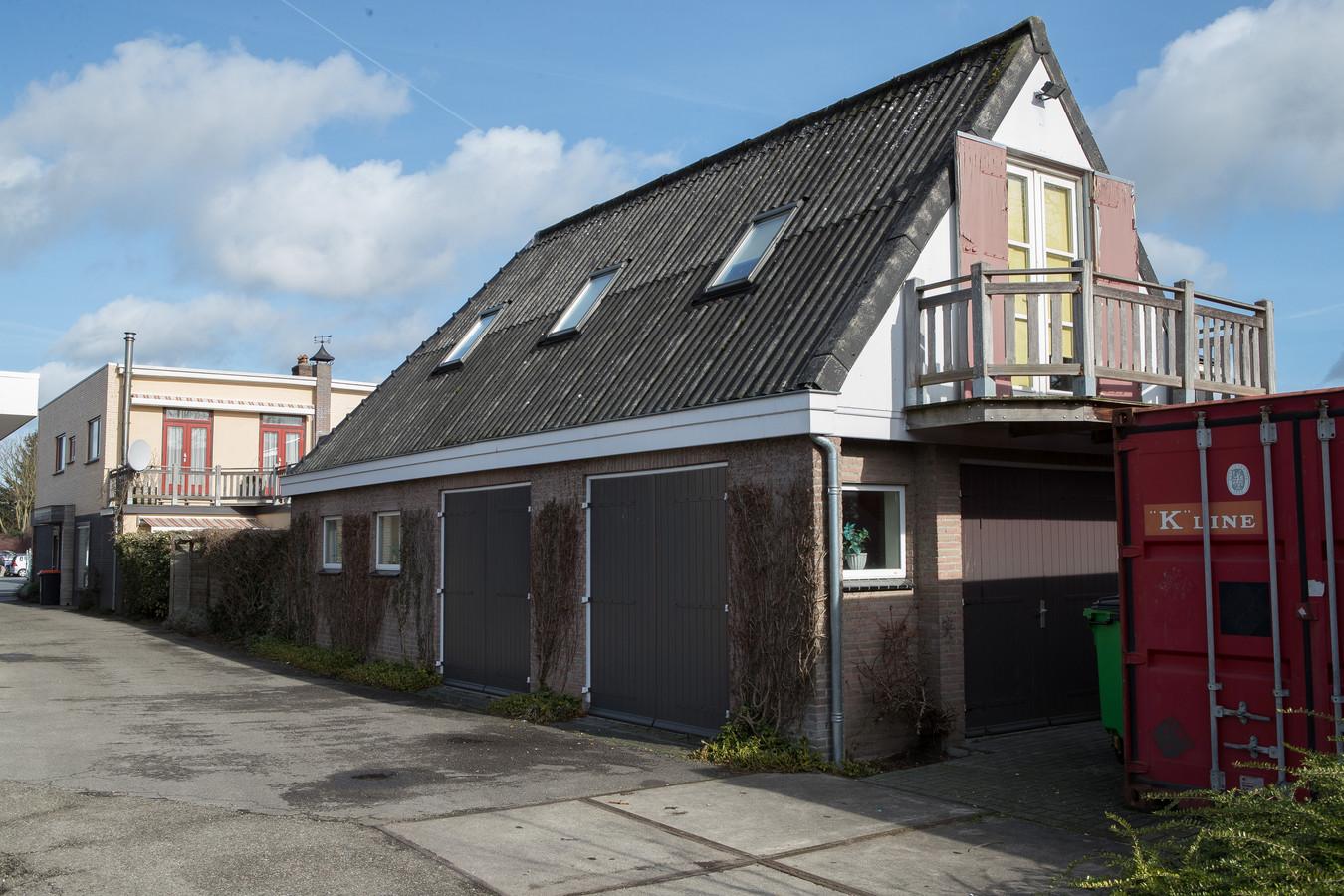 In deze omgebouwde schuur en naastgelegen pand in Olst leven minstens elf Oost-Europeanen.