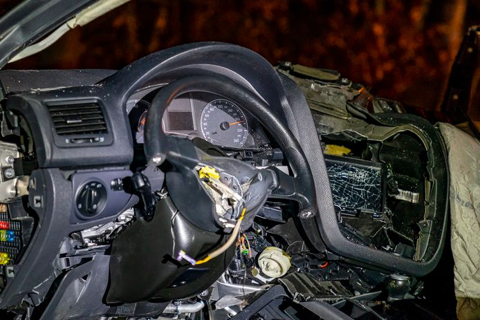 Het interieur van de auto na de botsing.