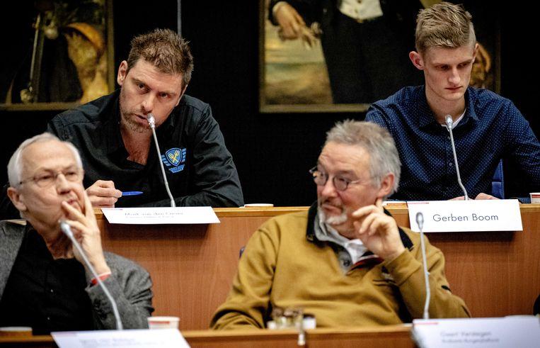 Voorman Mark van den Oever (linksboven) van Farmers Defence Force spreekt vrijdag in het provinciehuis van Noord-Brabant.  Beeld ANP