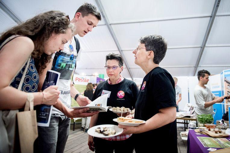 Op de pinksterconferentie Opwekking in Biddinghuizen werd het eerste christelijk-veganistische kookboek gepresenteerd door Anja en Sandra Hermanus –Schröder (rechts en tweede van rechts) van Vegan Church. Beeld Bram Petraeus
