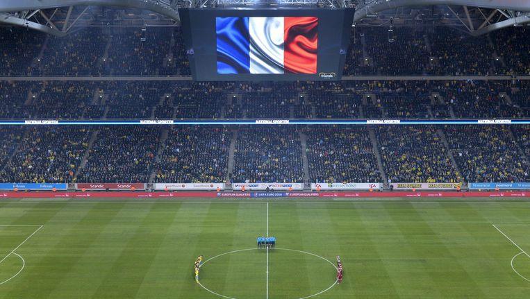 Een minuut stilte tijdens het duel Zweden - Denemarken voor de aanslagen in Parijs Beeld anp