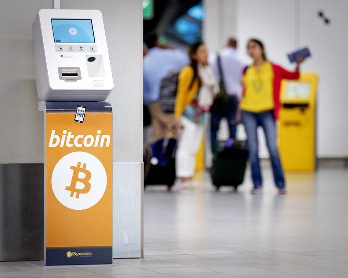 Een bitcoinautomaat op de Nederlandse luchthaven Schiphol.