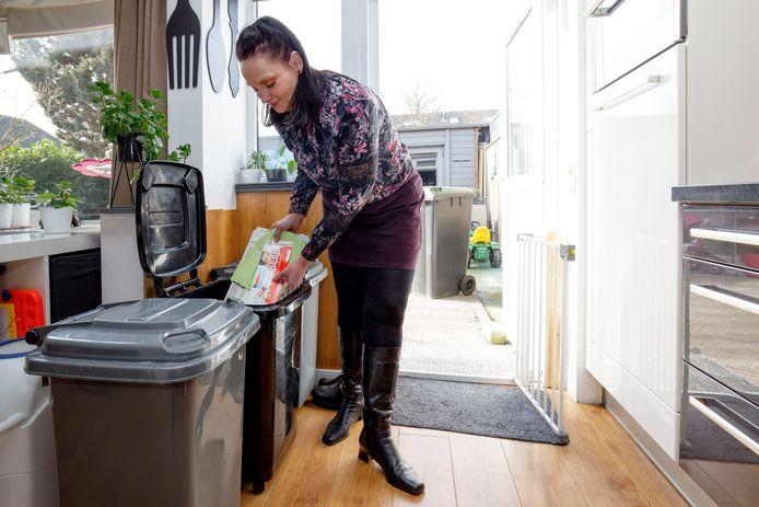 Steeds meer mensen hebben een kleine milieustraat in de keuken. Zo ook Roelie Wouters uit Alphen.