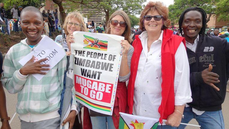 Demonstrerende Zimbabwanen in Harare. Beeld Mark Schenkel / de Volkskrant