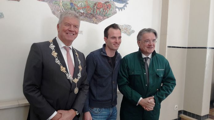 Frank Petter, burgemeester Bergen op Zoom, Jack van Eekelen en Commissaris van de Koning Wim van de Donk in de overall.