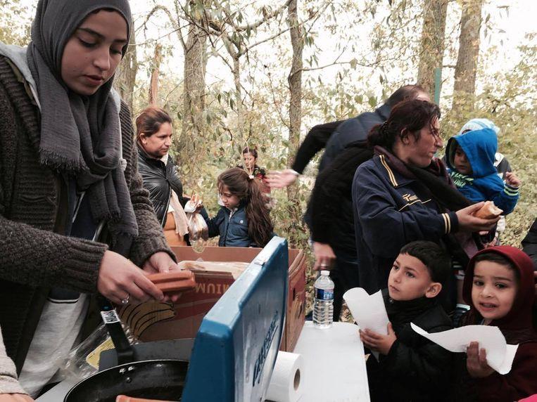 Vrijwilligers van de vzw Humain tijdens een voedselbedeling vorig weekend onder de vluchtelingen in Duinkerke.