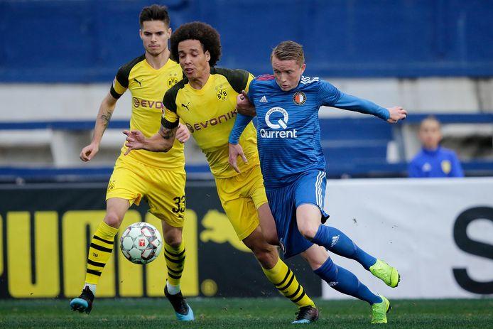 Precies een jaar geleden oefenden Feyenoord en Borussia Dortmund ook tegen elkaar: Sam Larsson (rechts) in duel met Axel Witsel.