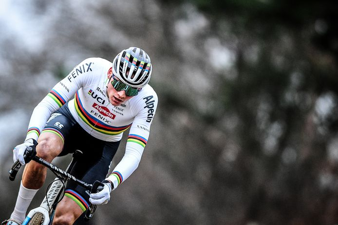 Mathieu van der Poel rijdt de wereldbekerwedstrijden vooral om verzekerd te zijn van een plaats op de eerste startrij op het komende WK in Oostende.
