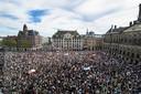 Duizenden betogers, veelal met mondkapjes, protesteerden gisteren op de Dam in Amsterdam tegen het politiegeweld tegen zwarten in de VS, maar ook tegen institutioneel  racisme in Nederland