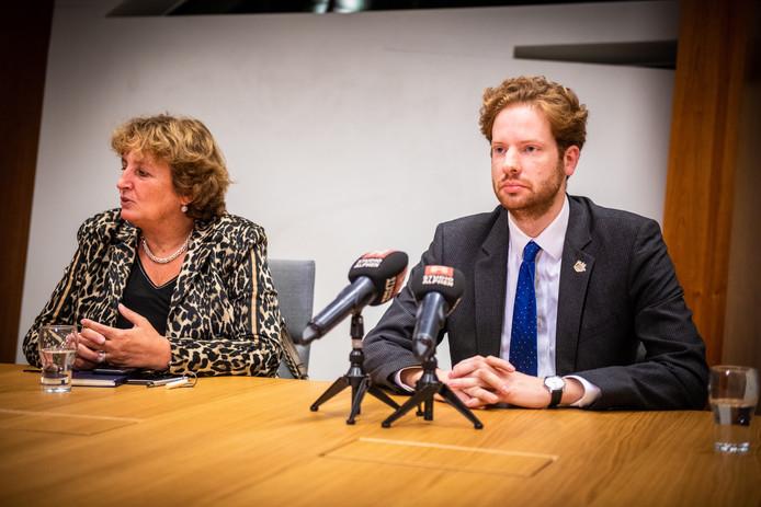 Gedeputeerde Floor Vermeulen van de provincie Zuid-Holland (rechts) wil niet vooruit lopen op het uitbetalen van schadeclaims, als gevolg van de afsluiting van de Boskoopse hefbrug.