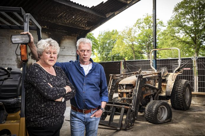 Jacqueline en Erik Boswerger in wat over is van hun diervoederbedrijf, dat afgelopen weekend gedeeltelijk uitbrandde. De schade is groot, daarom openen ze een noodwinkel.