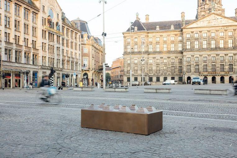 Het kunstwerk is een knipoog naar de betonblokken die eind 2017 als inrijbeperkende maatregel op de Dam zijn geplaatst. Beeld Jurre Rompa