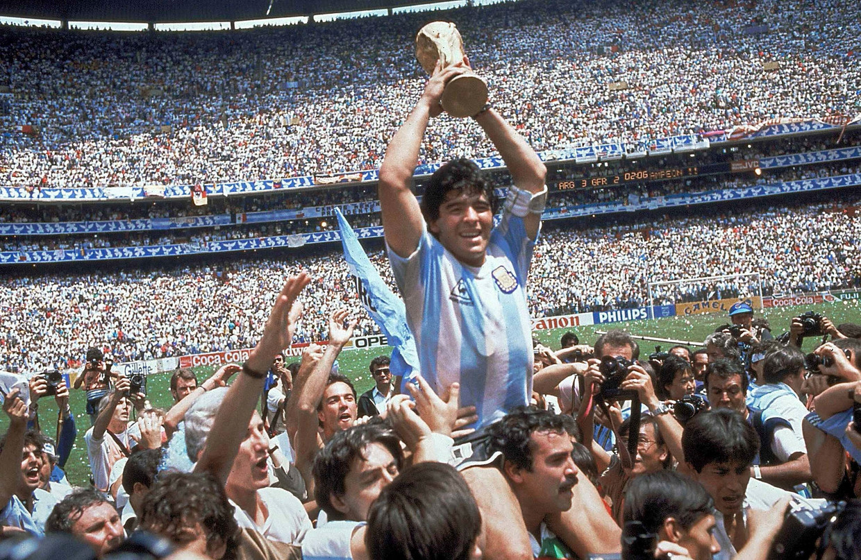 Maradona met de WK-trofee in 1986. Beeld AP