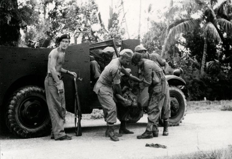 Een gevangene wordt uit een legertruck gehaald tijdens de politionele acties in Indonesië.  Beeld Nationaal Archief/Collectie Spaarnestad/NFP/Jan Stevens