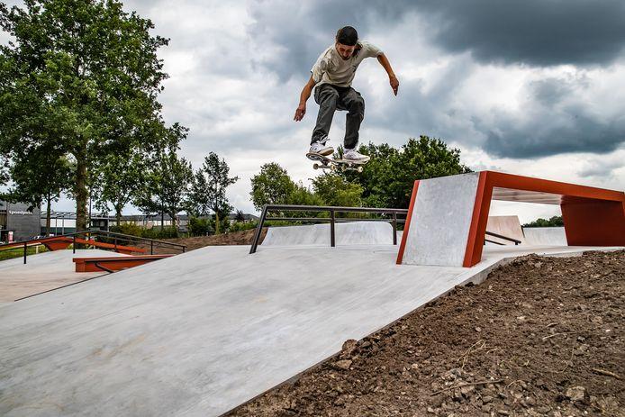 Skateboarder Lars de Weerd doet een truc op de nieuwe skatebaan in Deventer Foto Ronald Hissink