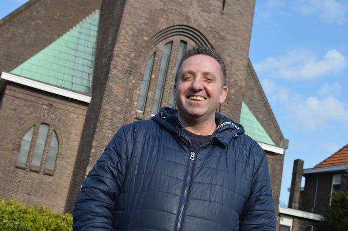 Jerry Anholt, directeur van CZG, voor de kerk in Welberg waar hij een horror-restaurant wilde openen.