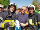 Bruno (rechts) na zijn deelname aan de 10 Miles die hij uitliep in brandweerpak en met perslucht op de rug.