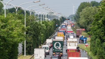 A12 volledig versperd richting Brussel na ongeval in Wilrijk