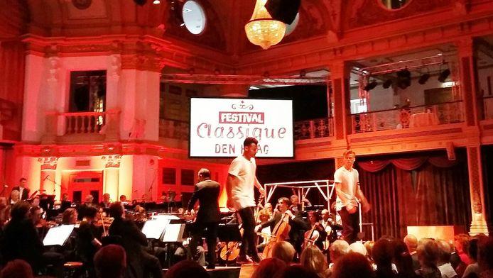 Het Residentieorkest en freerunners in het Kurhaus.