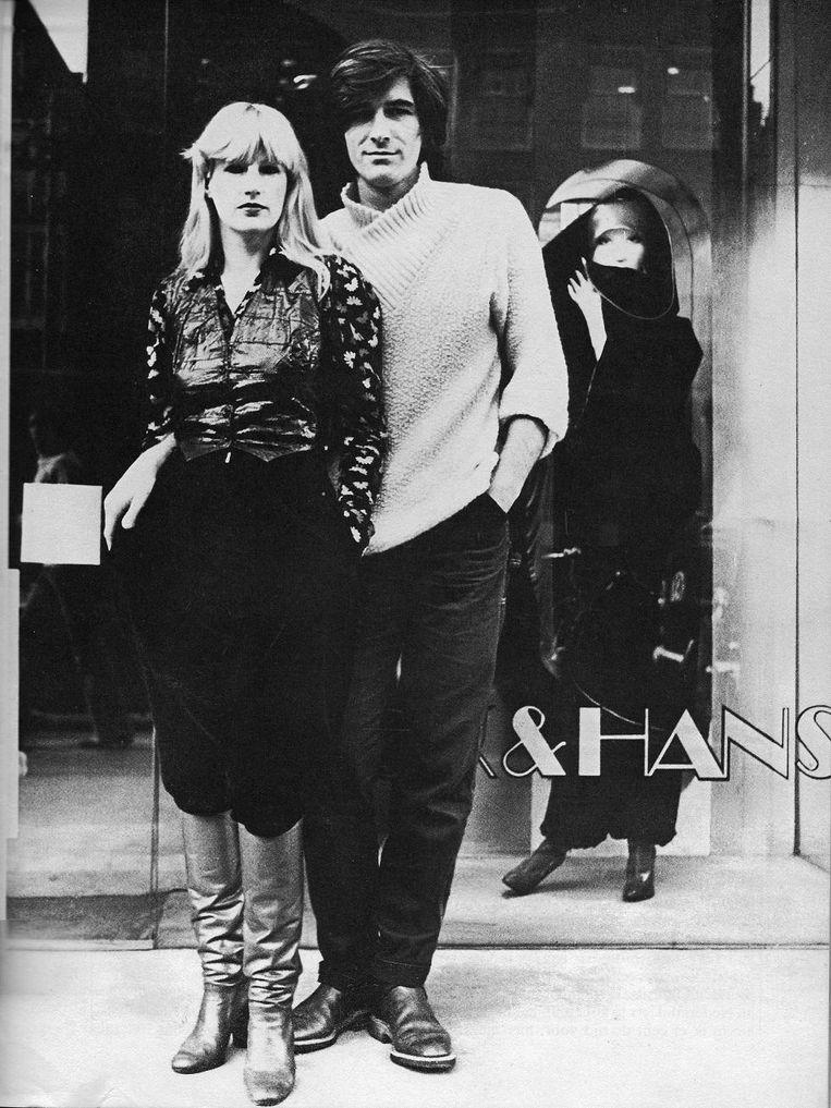 Puck & Hans voor hun winkel aan het Rokin in 1974. Beeld Anna Beeke