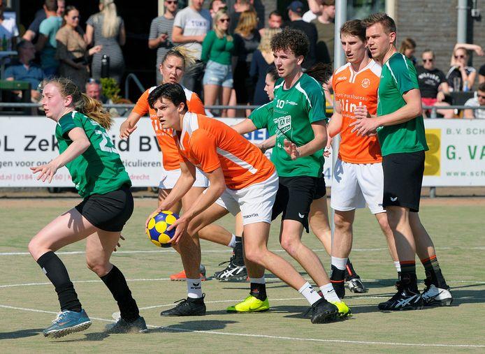 De spelers van Vriendenschaar in actie tegen Oranje Wit. Foto ter illustratie