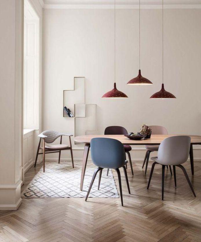 Ook de tafelstoelen kunnen ronde vormen hebben.