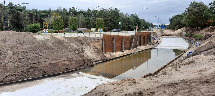 De bouwplaats van de fietstunnel in Nistelrode, met al gestorte delen van de betonvloer.