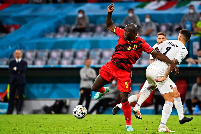Romelu Lukaku heeft het lastig tegen de Italianen in München. Beeld Photo News