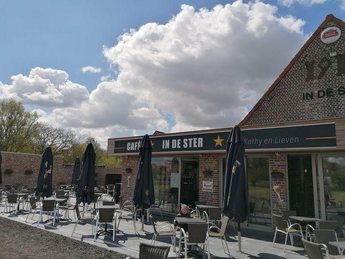Lieven Meulenaere en Kathy Pareyn van café 'In de Ster' uit Sint-Jan-ter-Biezen pakken zaterdag uit met hun nieuwe terras.