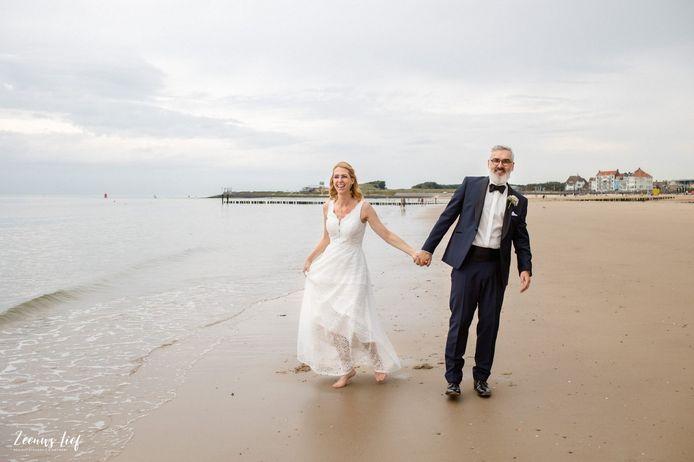 Michael en Anoek tijdens de bruiloft op het strand van Vlissingen