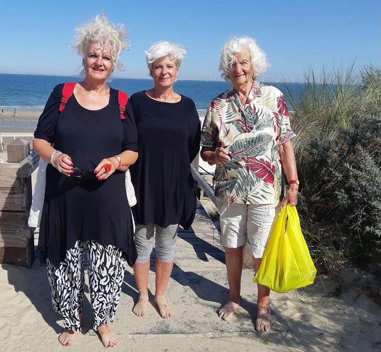 Zwemkampioen Marianne  (rechts) met dochters Astrid en Monique Beeld Eigen beeld