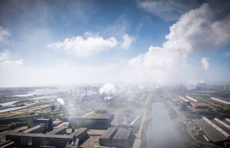 Het terrein van Tata Steel in Velsen-Noord. Beeld Freek van den Bergh / de Volkskrant