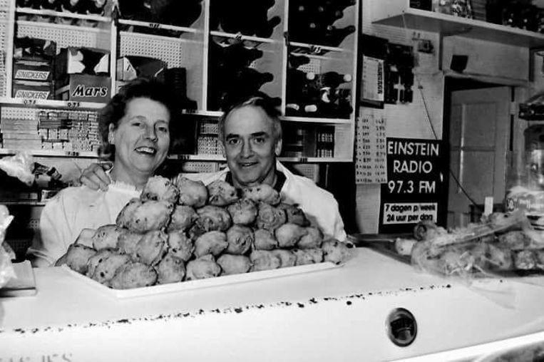 Monnie Valvekens samen met zijn vrouw Stientje Valvekens-de Jong in avondwinkel Holland-België.  Beeld