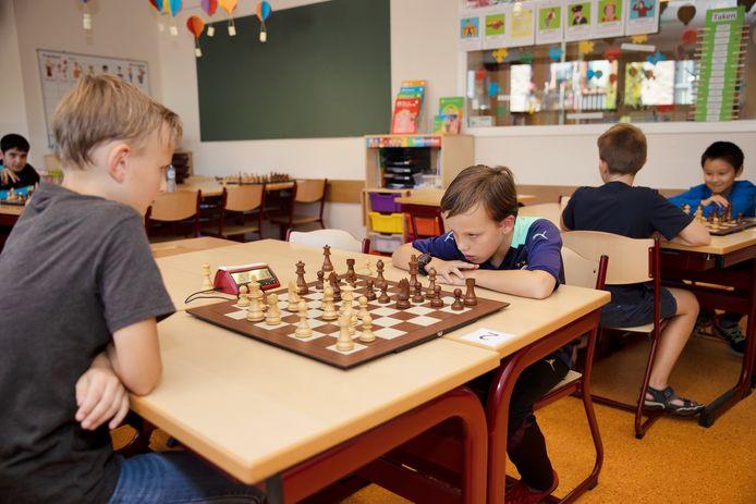 Tommy Grooten (r) uit Eindhoven bij het NK schaken voor D-jeugd.