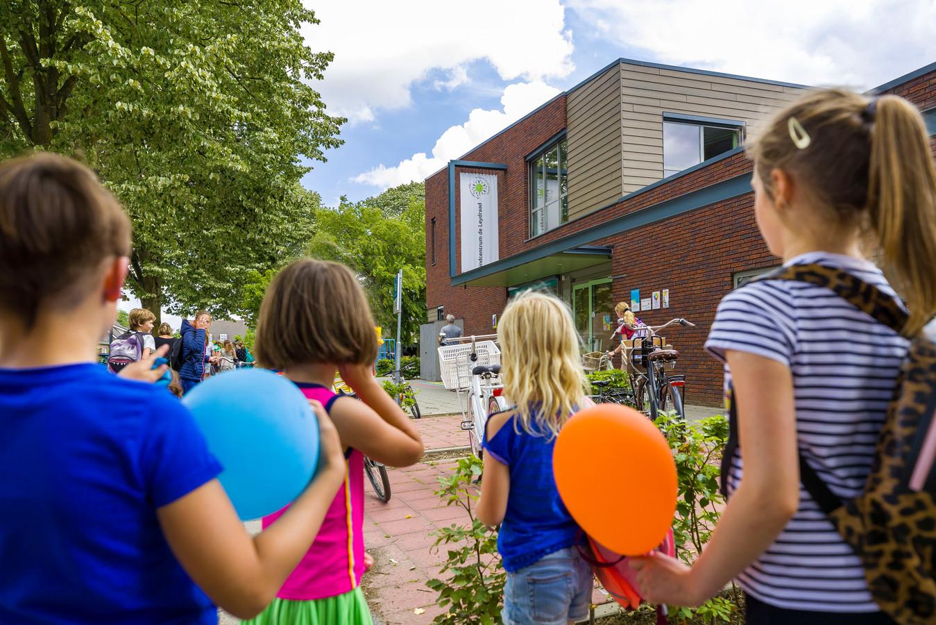 De gemeente wil op het dakterras van kindcentrum de Leydraad in Cromvoirt een nieuw klaslokaal bouwen.
