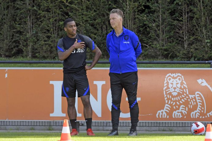 Quinten Timber (links) tijdens de training in Zeist in gesprek met bondscoach Louis van Gaal.
