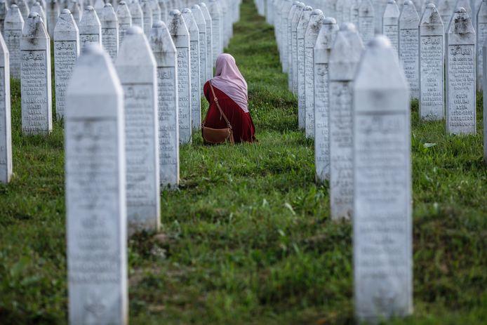 Een Bosnische vrouw huilt op het kerkhof van Potocari bij de graven van haar vader en twee grootvaders die 25 jaar geleden werden vermoord.