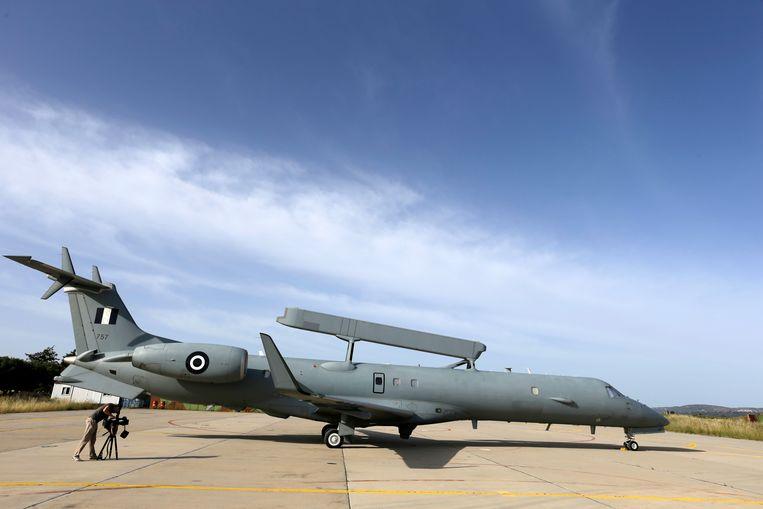 Een Erieye EMB-145H AEW&C-vliegtuig staat klaar op Kreta voor een verkenningsvlucht op zoek naar het verdwenen vliegtuig.