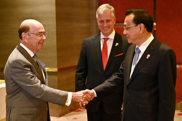 De Amerikaanse handelsminister Wilbur Ross met de Chinese premier Li Keqiang. Beeld REUTERS