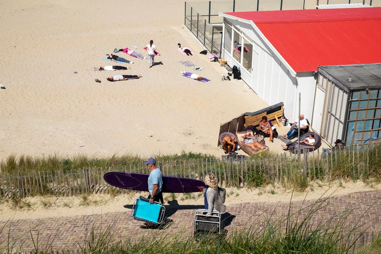 Yogales op het strand van Zandvoort, afgelopen zondag.  Beeld Hollandse Hoogte / Hans van Rhoon