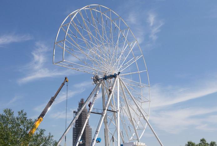 De opbouw van het reuzenrad dat onderdeel is van de kermis op de Rijnweek in Rhenen.
