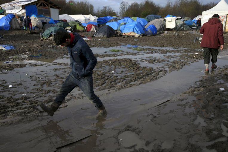 Overal modder en vuilnis, amper sanitaire of medische voorzieningen en een totaal gebrek aan structuur. De vrijwilligers die in het vluchtelingenkamp in Grande-Synthe nabij Duinkerke werken, luiden de alarmbel.