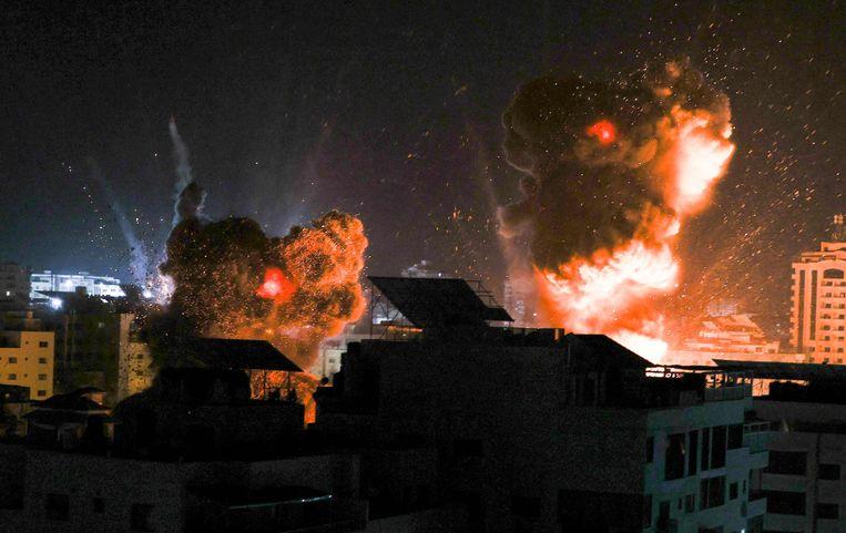 De gevolgen van luchtaanvallen door Israël zijn te zien boven Gaza-Stad dinsdag. Beeld AFP