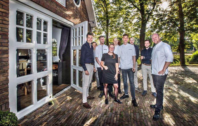 Chef-kok Erik Tas (r) met zijn brigade voor het prachtig in het groen gelegen restaurant.